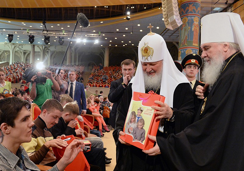 Патриарх Московский и всея Руси Кирилл дарит книги детям на торжественном мероприятии в Москве по случаю Дня православной книги