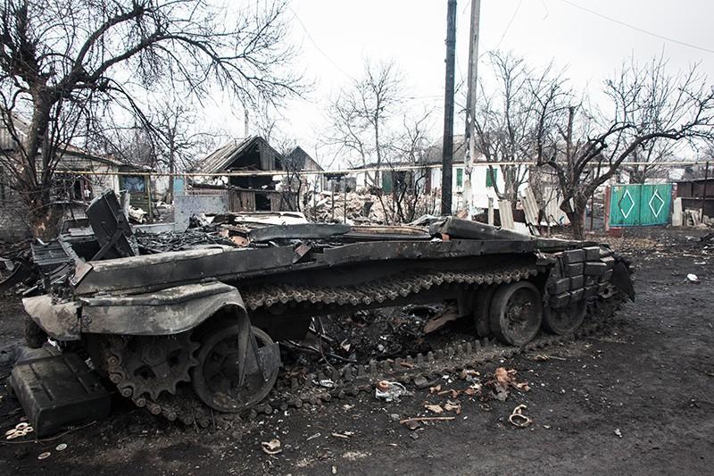 Разбитая военная техника и разрушенные частные дома в результате боевых действий на юго-востоке Украины