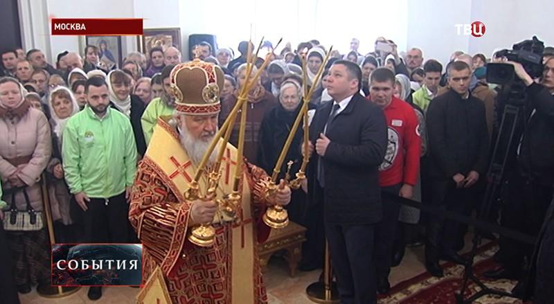 Патриарх Кирилл и верующие молятся