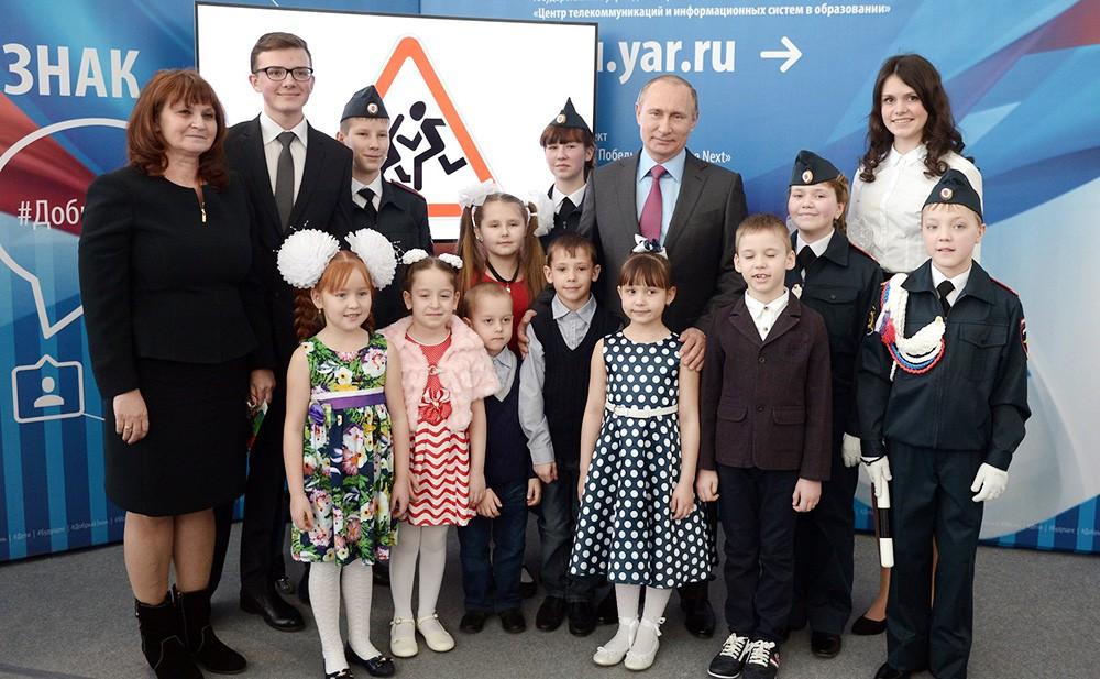 """Владимир Путин посетил выставку """"Современные технологии в сфере безопасности дорожного движения. Безопасность. Комфорт. Контроль"""""""
