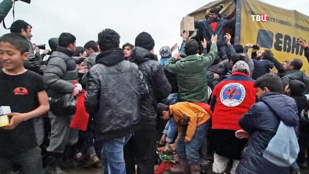 Давка мигрантов за гуманитарную помощь