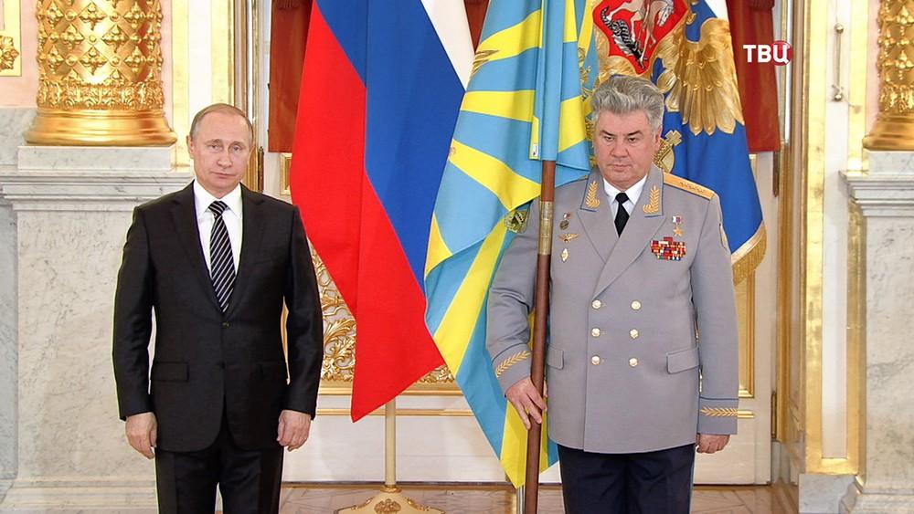 Президент России Владимир Путин и главнокомандующий ВКС генерал-полковник Виктор Бондарев