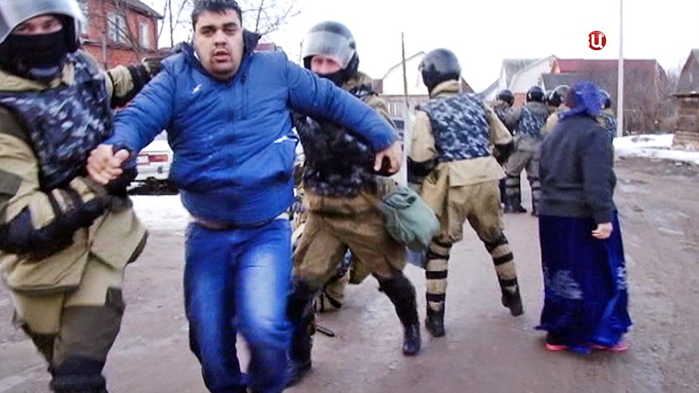 Спецназ полиции задерживает цыган