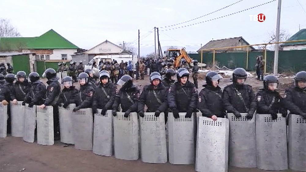 Спецназ полиции держит оцепление