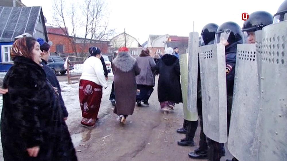 Спецназ полиции держит оцепление цыганском поселке