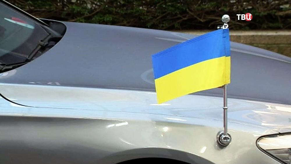 Украинский флаг на машине