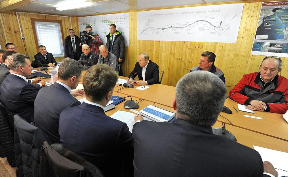 Президент России Владимир Путин проводит совещание по вопросам строительства Крымского моста и социально-экономического развития Крыма и Севастополя