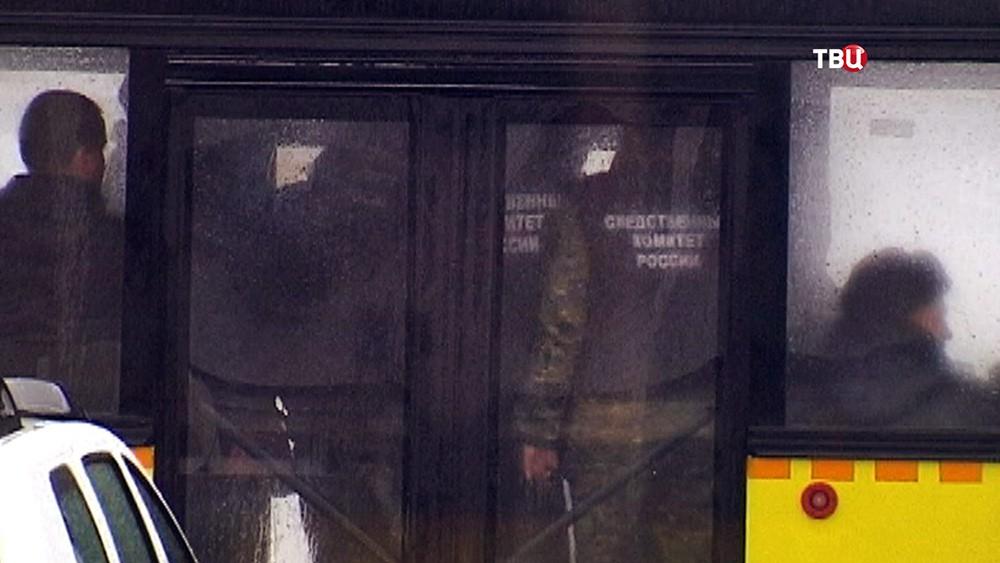 Специалисты следственного комитета на месте крушения пассажирского самолета Boeing-737-800 в аэропорту Ростова-на-Дону