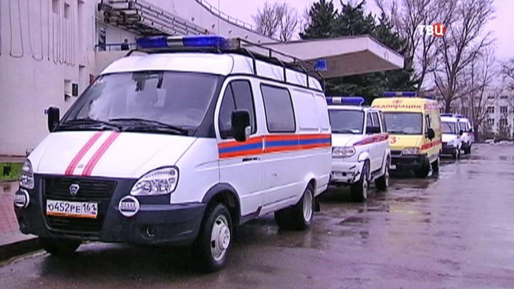 Машины экстренных служб в аэропорту Ростова-на-Дону, где при посадке разбился пассажирский самолет Boeing-737-800