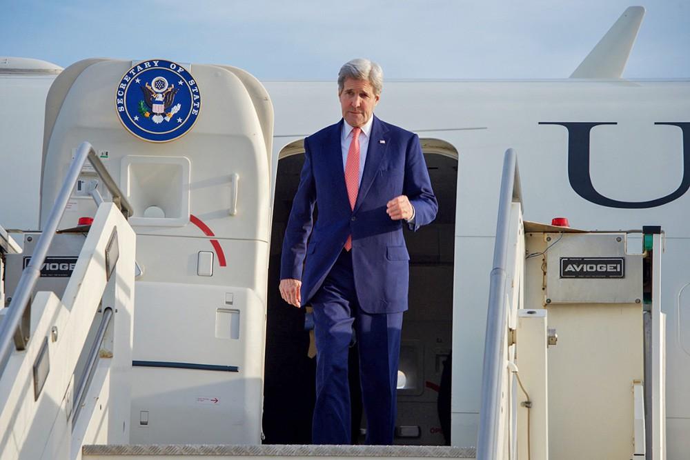 Госсекретарь США Джон Керри выходит из самолета