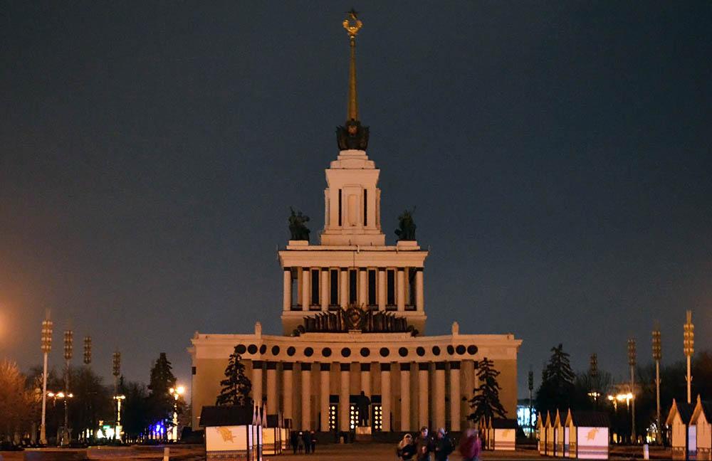 "Павильон ВДНХ без подсветки в ""Час Земли"""
