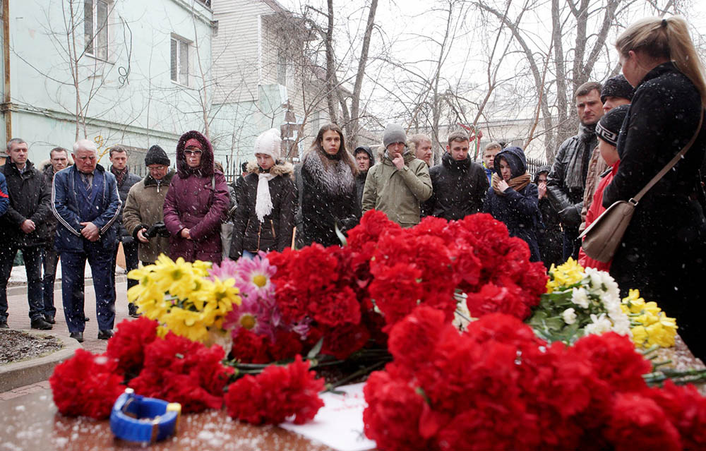 Цветы у представительства Ростовской области в Москве в память о погибших при крушении самолета Boeing 737-800 в Ростове-на-Дону