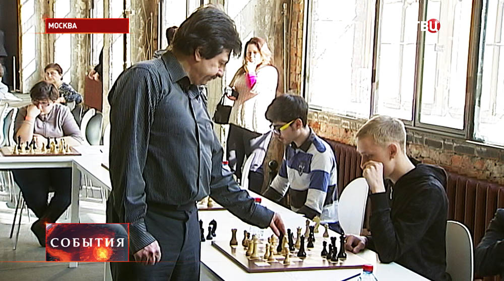 Гроссмейстер Сергей Яновский во время сеанса одновременной игры