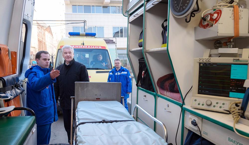 Мэр Москвы Сергей Собянин во время осмотра оборудования автомобиля скорой помощи