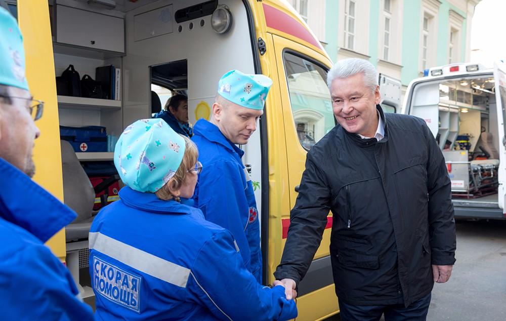 Мэр Москвы Сергей Собянин общается с бригадой медиков скорой помощи