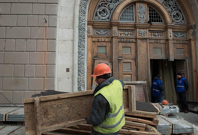 """Рабочий во время реконструкции вестибюля станции """"Проспект Мира"""""""