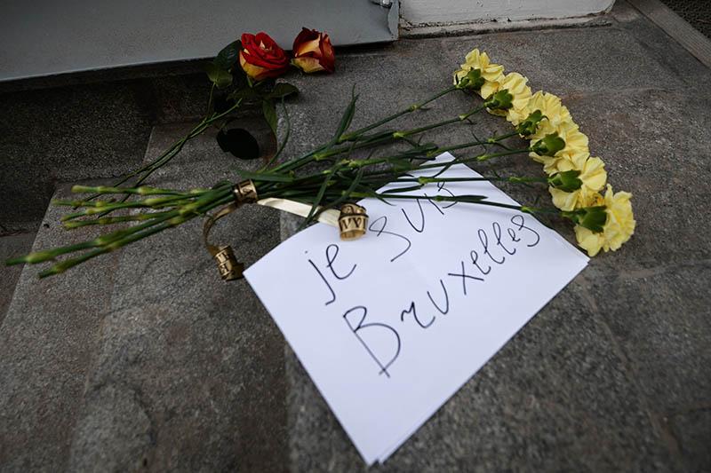 Цветы у посольства Бельгии в Москве