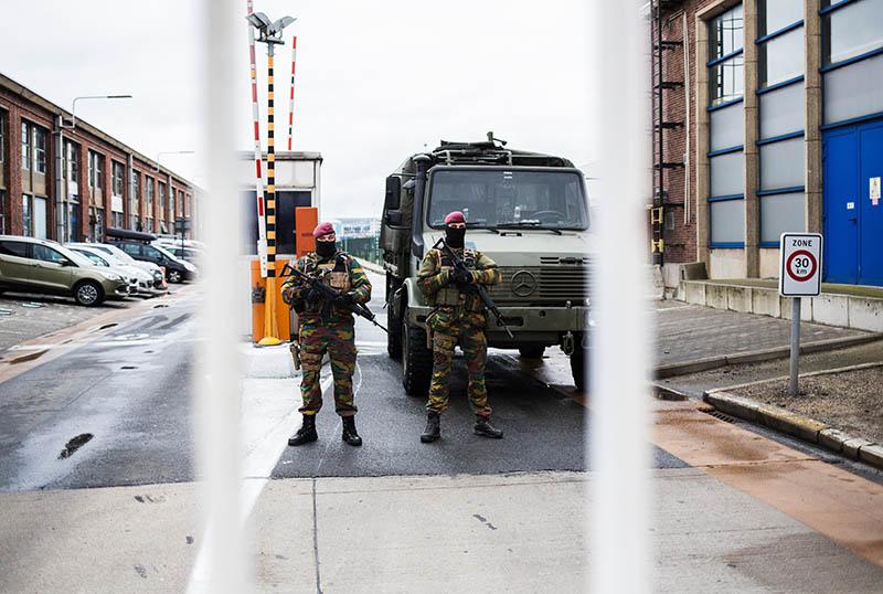 """Военнослужащие обеспечивают безопасность в аэропорту """"Завентем"""" в Брюсселе"""