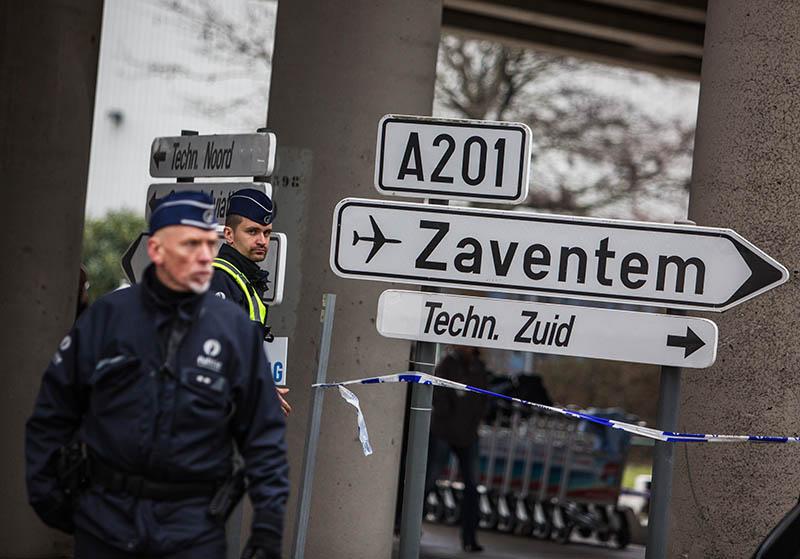 """Сотрудники полиции обеспечивают безопасность в аэропорту """"Завентем"""" в Брюсселе"""