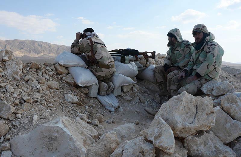 Пулеметный расчет сирийской армии на передовой позиции