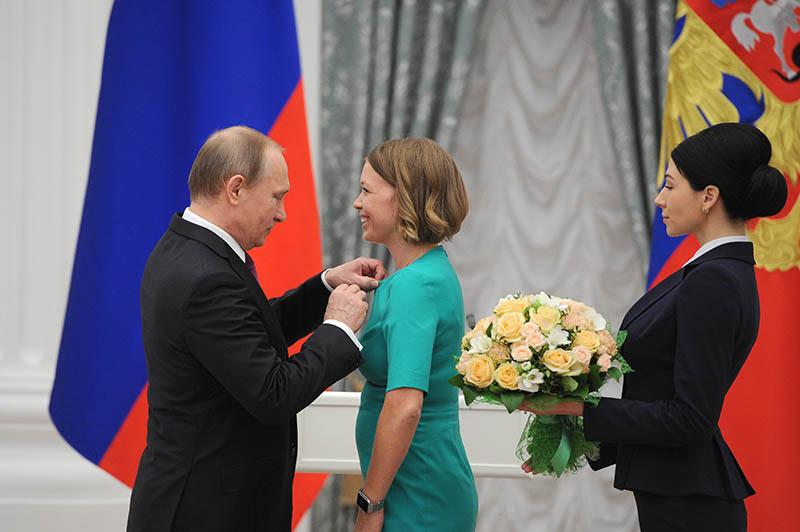 Президент России Владимир Путин и дизайнер Елена Чебурашкина на церемонии вручения в Кремле премии для молодых деятелей культуры