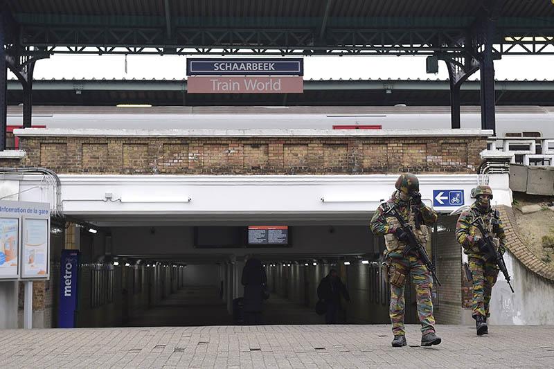 Военные обеспечивают безопасность у входа в метро в Брюсселе