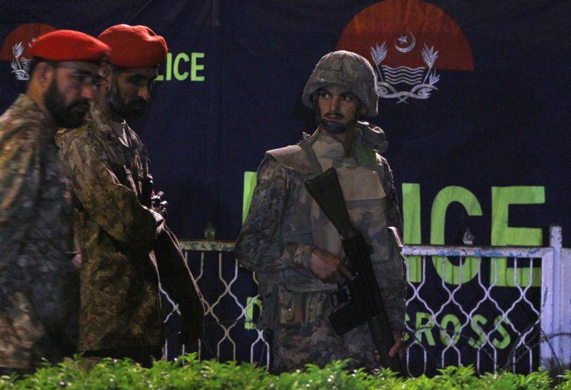 Военные на месте теракта в Пакистане