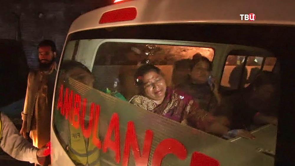 Скорая помощь в Пакистане увозит пострадавших