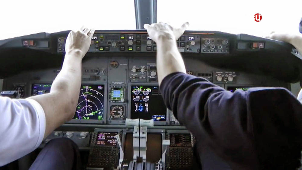 Пилоты самолета Boeing в кабине