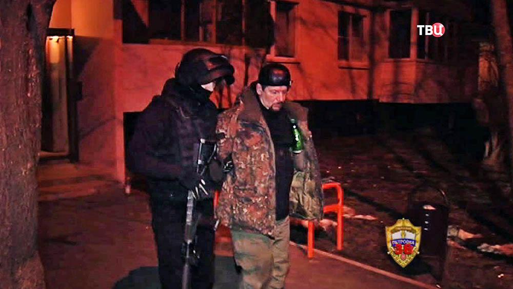 Ведут задержанного подозреваемого в стрельбе