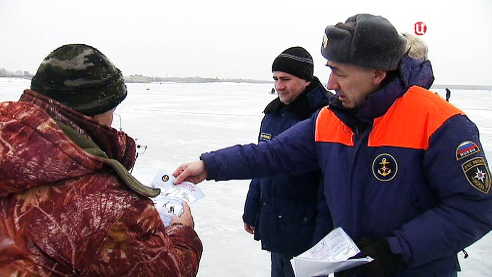Спасатели МЧС общаются с рыбаками