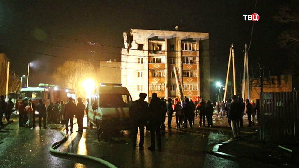 Экстренные службы спасения на месте взрыва газа в жилом доме