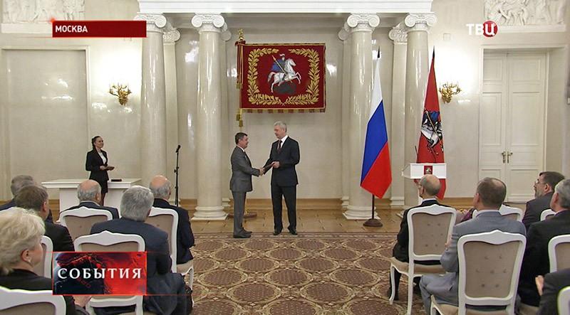 Серей Собянин вручает награды москвичам