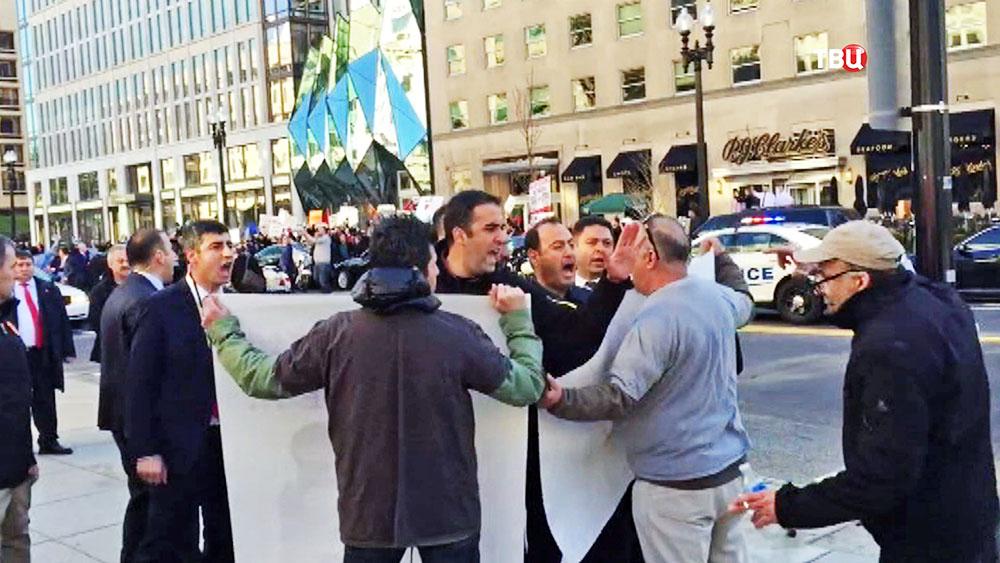 Охрана Эрдогана перекрикивает протестующих в США