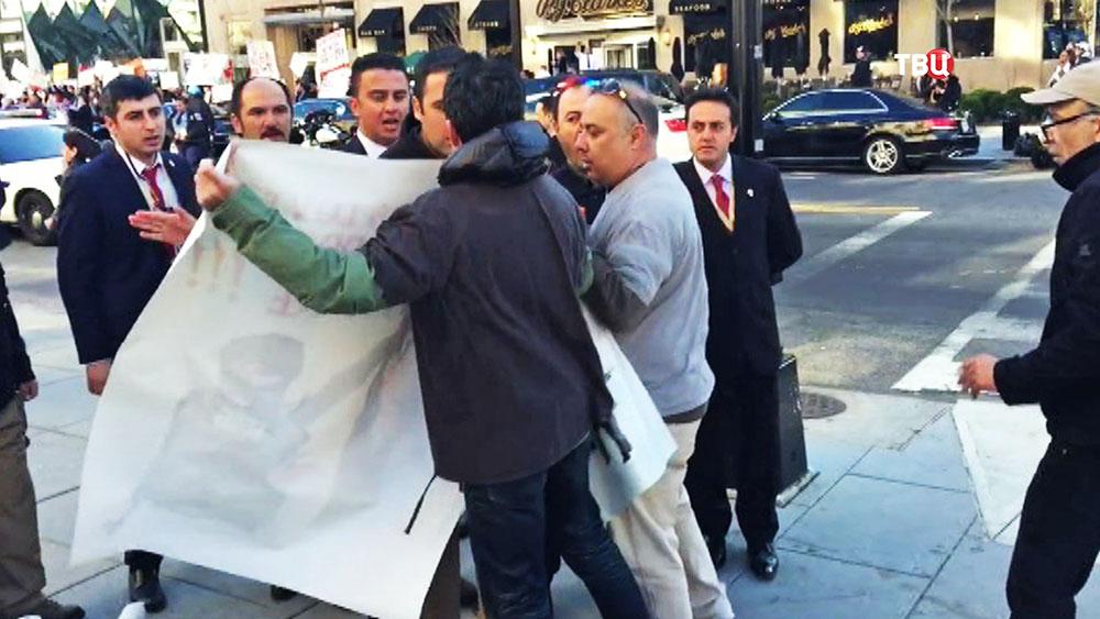 Охрана Эрдогана оттесняет митингующих