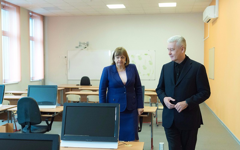 Сергей Собянин осматривает ремонт школы
