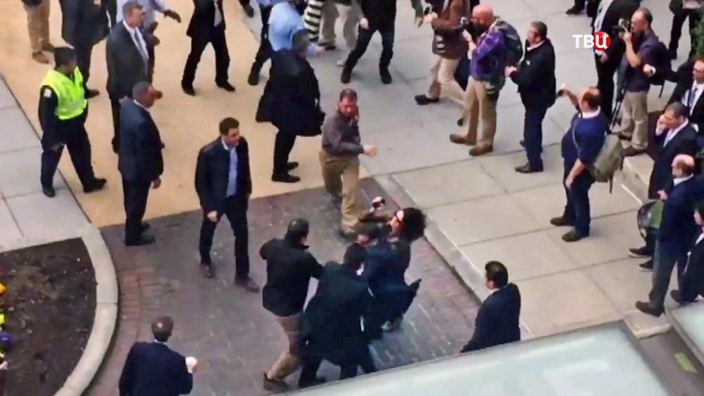 Охрана Эрдогана оттесняет митингующих против политики Турции