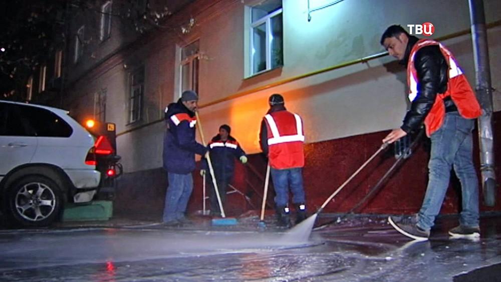 Коммунальщики моют мостовую шампунем