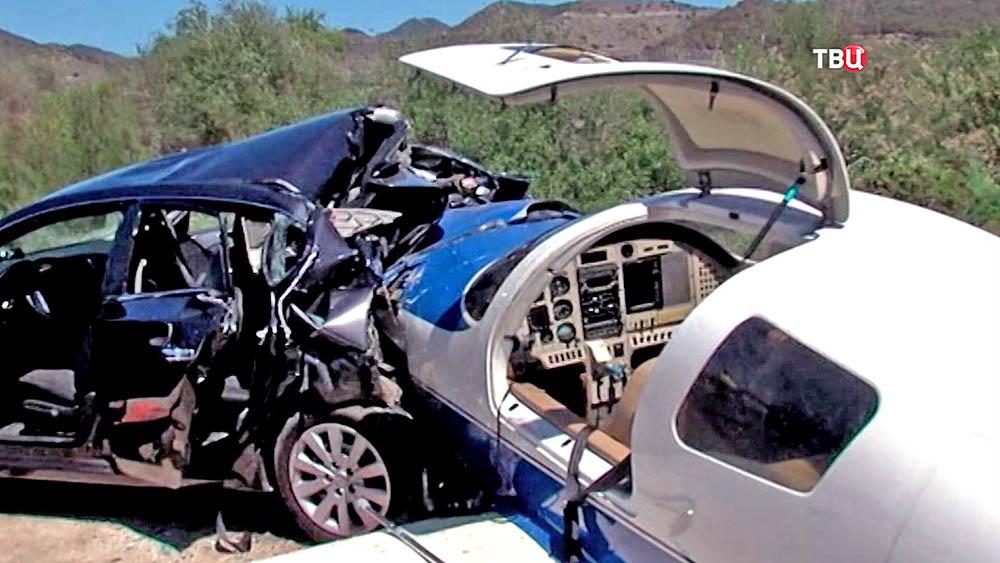 Легкомоторный самолет упал на автомобиль в США