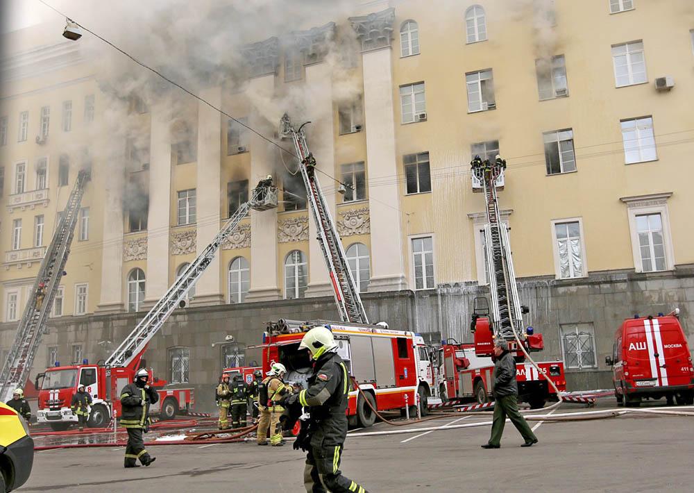Пожарные тушат возгорание в здании Министерства обороны в Москве