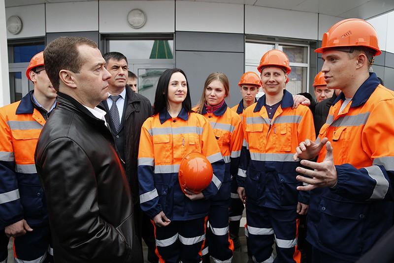Председатель правительства РФ Дмитрий Медведев на встрече с работниками угольного разреза