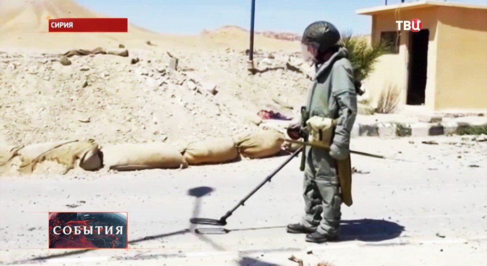 Сапер во время разминирования дороги в Пальмире