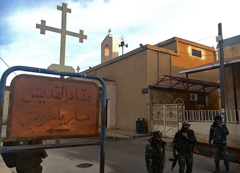 Солдаты сирийской армии у православной церкви святого Михаила в деревне Садад провинции Хомс