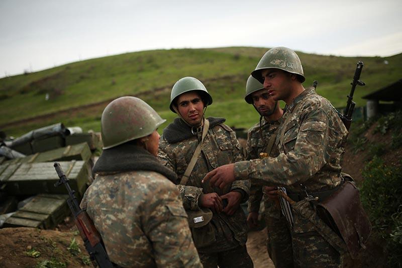 Военнослужащие на артиллерийской позиции в зоне карабахского конфликта