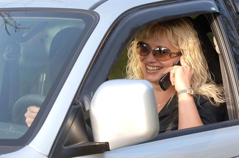 Разговор по мобильному телефону во время управления автомобилем