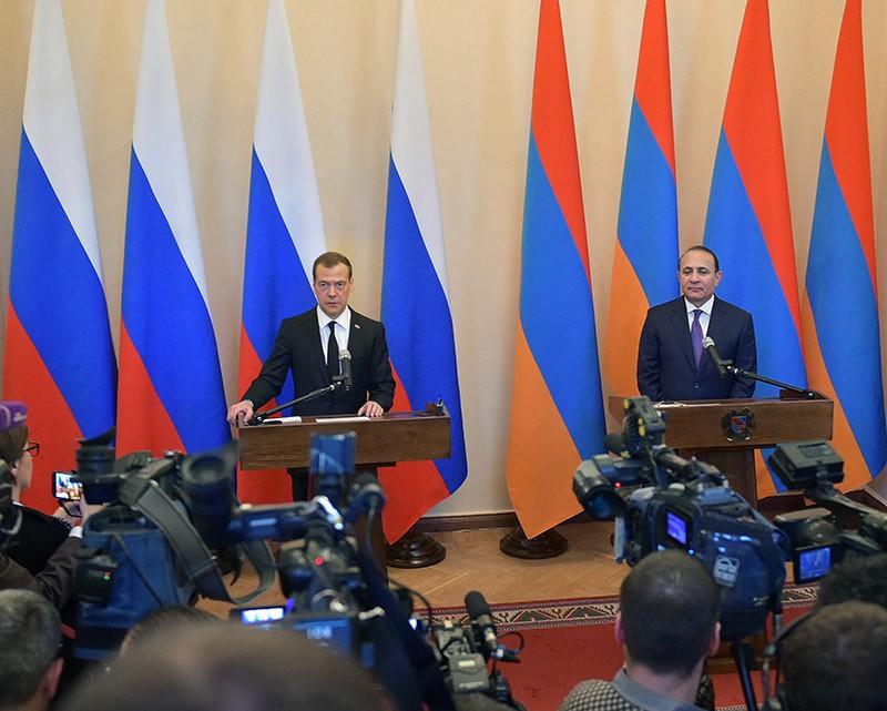 Председатель правительства РФ Дмитрий Медведев и премьер-министр Армении Овик Абраамян