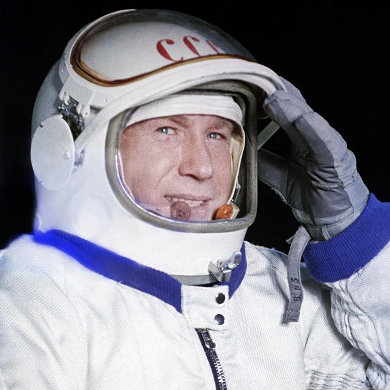 Летчик-космонавт СССР Алексей Леонов в скафандре