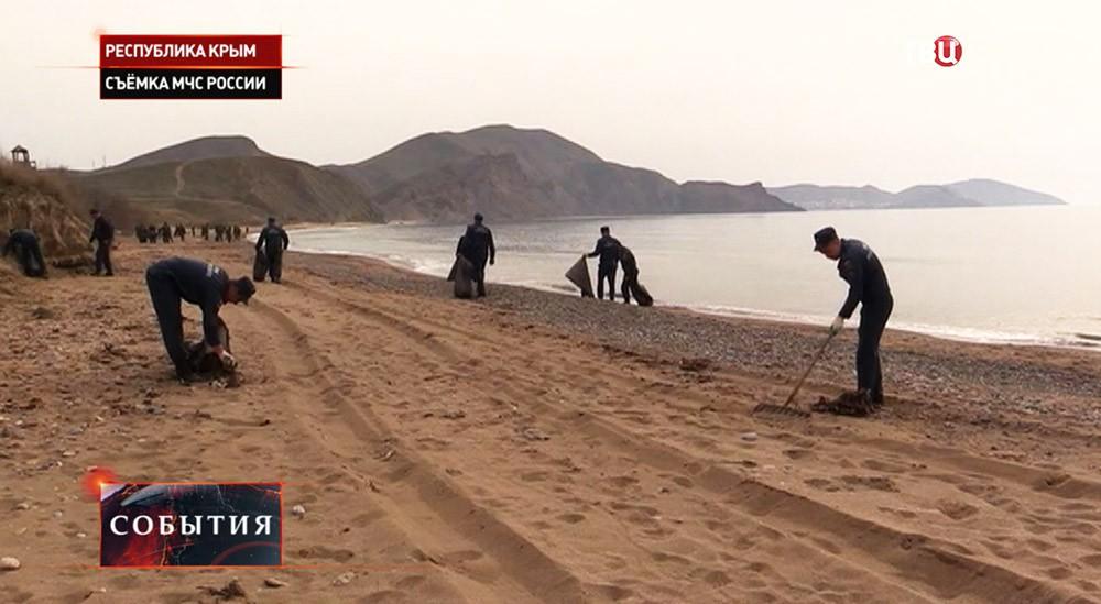 """Уборка побережья в рамках акции """"Чистый берег"""" в Крыму"""