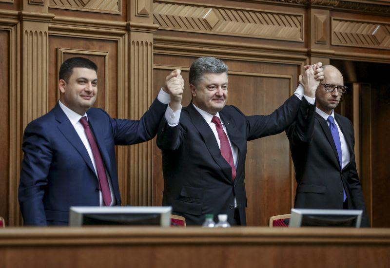 Председатель Верховной рады Украины Владимир Гройсман, премьер-министр Украины Арсений Яценюк (слева направо) и президент Украины Петр Порошенко (в центре)