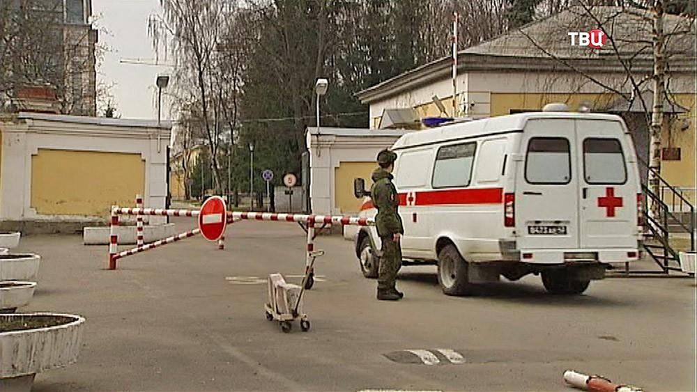 Машина скорой помощи на КПП военного госпиталя в Санкт-Петербурге